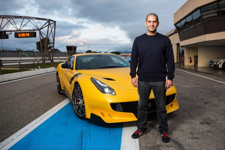 "<img src=""chris-harris.jpg"" alt=""Chris Harris stands in front of a Ferrari"">"