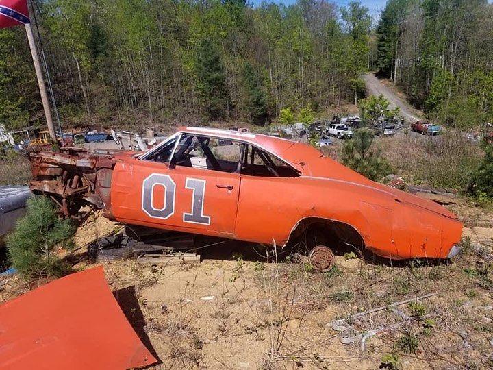"<img src=""general-lee.jpg"" alt=""A General Lee car rotting away in a Georgia junkyard"">"