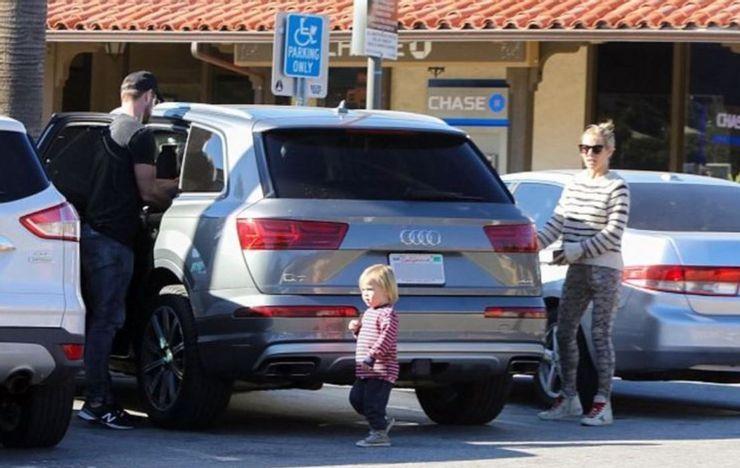 "<img src=""audi.jpg"" alt=""Chris Hemsworth Audi Q7"">"
