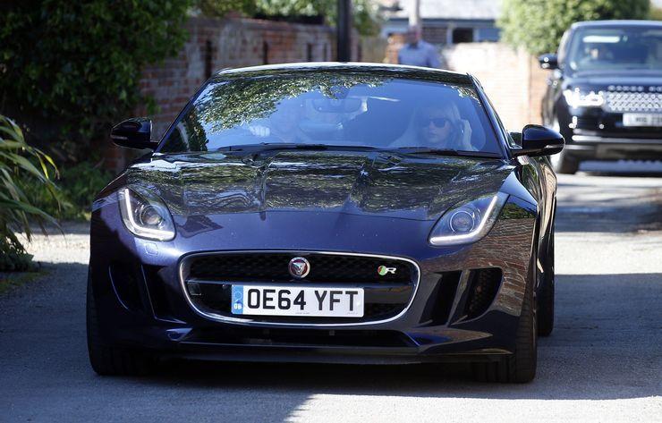 "<img src=""jaguar.jpg"" alt=""Tom Hiddleston drives a Jaguar"">"